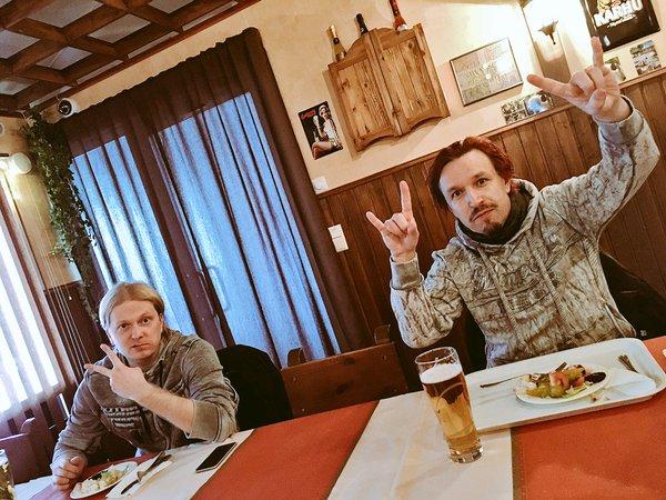 Tony et Tommy lors d'un repas avec le groupe / janvier 2016